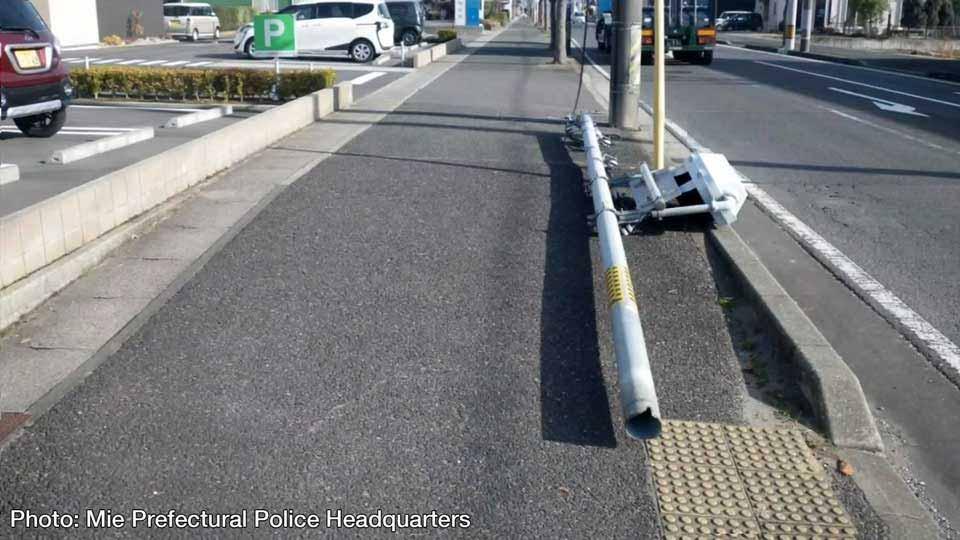 Собаки писали на столб, моча его разрушила, упал светофор в Японии