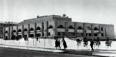 Универсам в Алма-Ате, 1980 годы... сейчас здесь супермаркет Магнум, архитектура здания полностью уничтожена, и обезличена дешевыми китайскими материалами...